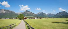 Ländliche Gegend, Landschaftspanorama Mit Wanderweg Bei Oberstdorf
