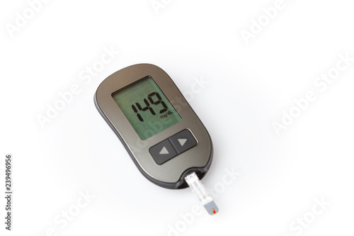 Fotomural Danger of hyperglycemia, glucometer with high blood sugar isolated on white back