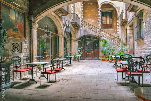 Antique Building Courtyard, Gothic District, Barcelona, Spain Fototapete
