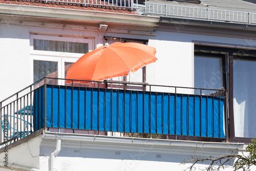Obraz Balkon mit blauen Sichtschutz - fototapety do salonu