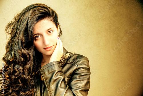 bella ragazza con capelli neri Canvas Print