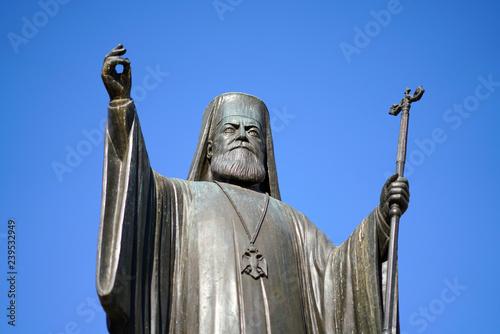 Foto  Statue of the Archibishop Damaskinos in Metropoli square, in Athens