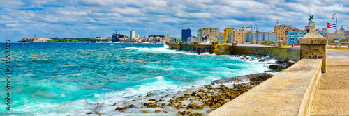 Poster de jardin Havana The Havana skyline and the iconic Malecon seawall with a stormy ocean