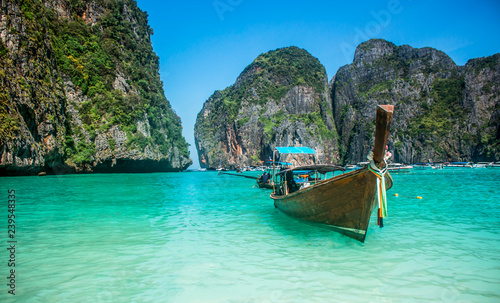 Stickers pour porte Pierre, Sable Long-tail boat floating in transparent water of Maya Bay beach, the paradise island.