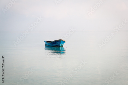 Foto Blue boat on the sea in Koh Rong Samloem, Cambodia