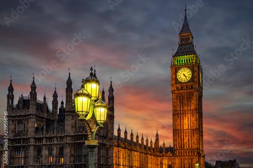 Nahaufnahme des Big Ben Turmes in Westminster in London am Abend nach Sonnenuntergang