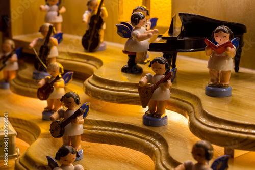 Fotografering  erzgebirgische Volkskunst. Orchester aus Engelfiguren