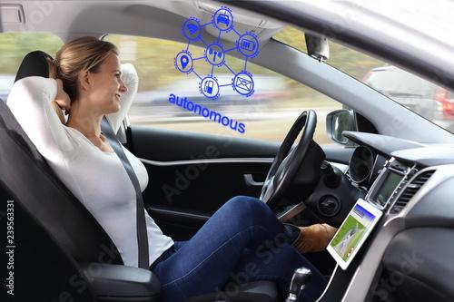 Fotografie, Obraz  Frau genießt autonomes Fahren