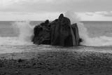 Fale na skale na kamiennym wybrzeżu. Plaża Praia Formosa w Funchal, Portugalia - 239569177