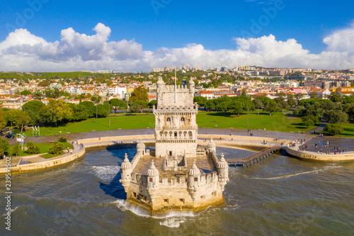 Plakat Antenowe drone panorama zdjęcie Belem Tower (Belém Tower) o zachodzie słońca. Średniowieczna grodowa fortyfikacja na Tagus rzece Lisbon Portugalia
