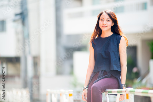 Fotografia  Asian female model poses for pictures on the street