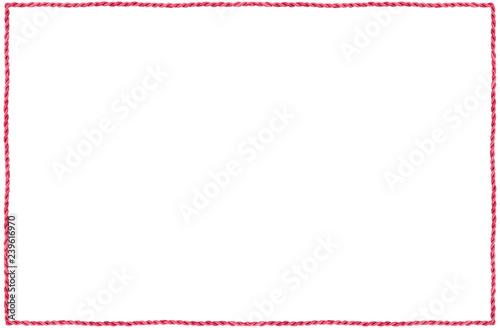 cadre en ficelle végétale rouge, paille naturelle, fond blanc