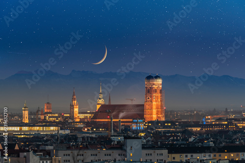 Photo sur Aluminium Noir Munich skyline aerial view at night view of old town and city at night.