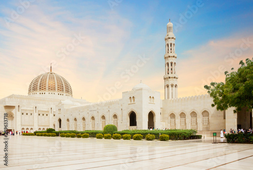 Poster de jardin Moyen-Orient Muscat, Oman, Sultan Qaboos Grand mosque. Sultan Qaboos mosque or Muscat Cathedral mosque is the main operating mosque of Muscat, Oman.