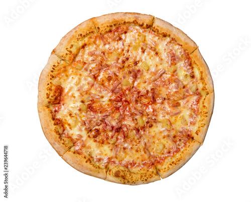 Hawajska pizza odizolowywająca na białym tle. Pizza z mięsem, szynką, pieprzem i ananasem. Widok z góry.
