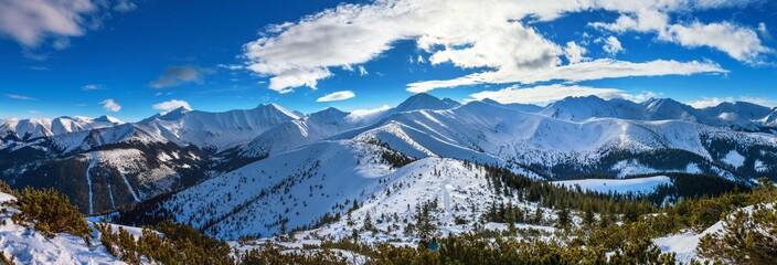 Zimowa panorama Tatr Zachodnich, widok z Grzesia na Wołowiec i okoliczne szczyty