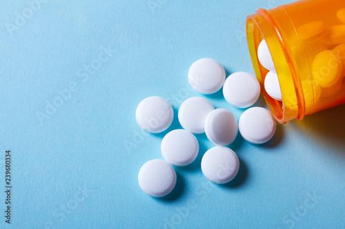 Fotografia White pills on blue background