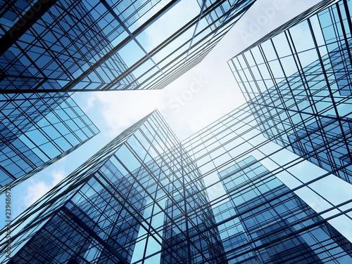 Foto View of high rise glass building and dark steel window system on blue clear sky background,Business concept of future architecture,looking up to the sun light on the top of building