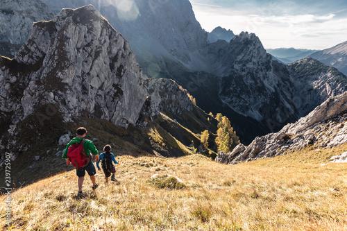 Photo Wanderer im Karwendelgebirge, Abstieg vom Torkopf Richtung Steinkarspitze und Vogelkarspitze, Hinterriß, Tirol, Österreich