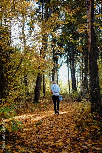 Zdjęcie XXL Dziewczyny odprowadzenie w jesień lesie