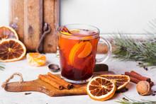 Świąteczny Grzaniec Z Pomarańczami, Cynamonem, Anyżem I Goździkami. Grzane Wino Na Boże Narodzenie,