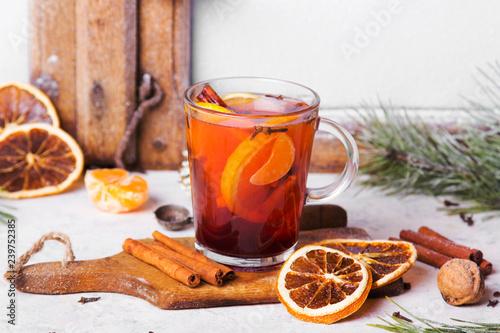Świąteczny grzaniec z pomarańczami, cynamonem, anyżem i goździkami