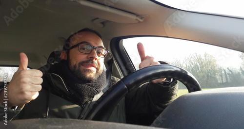 Canvas-taulu Uomo alla guida dell'auto in inverno - concentrato