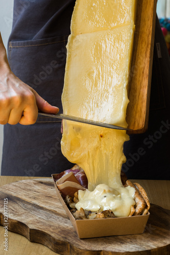 Foto man pouring raclette cheese
