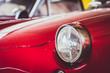 Phare d'une vieille voiture de sport