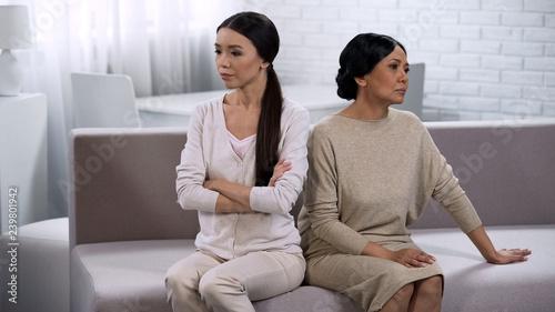 Fotografía  Daughter and mother arguing at home, generation gap, lack of understanding