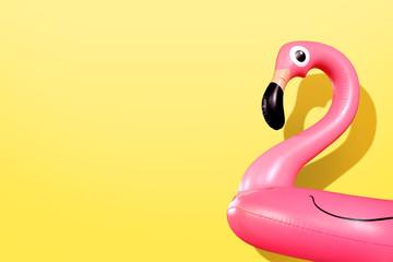 Divovski Flamingo na napuhavanje na žutoj pozadini, zabava na plivajućem bazenu, trendovski ljetni koncept