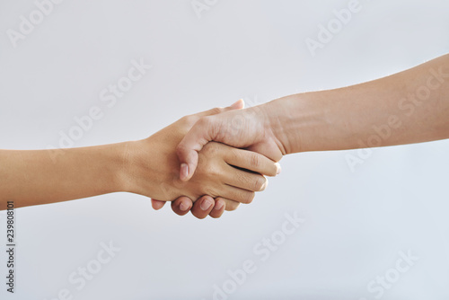 Fotografía  Close-up image of man and woman shaking hands