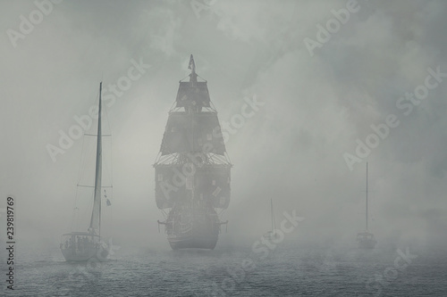 Foto auf AluDibond Schiff Yachts and a pirate ship in the fog.