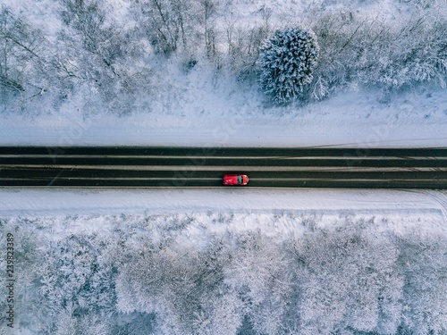 widok-z-lotu-ptaka-wiejskiej-drodze-przez-piekny-krajobraz-pokryte-sniegiem