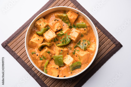 Photo  Malai or achari Paneer in a gravy made using red gravy and green capsicum