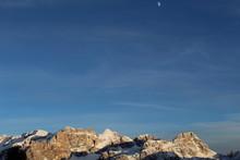 Panorama Delle Dolomiti Dell'alta Badia Con Cielo E Luna Poco Prima Di Sera