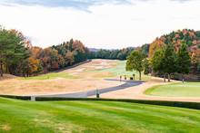 福島にある早朝で紅葉のゴルフ場グリーンとカート道