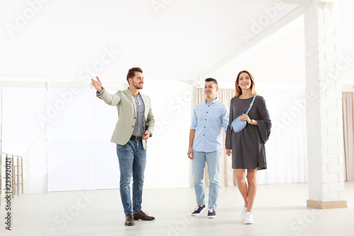 Fotografía  Real estate agent showing new apartment to young couple