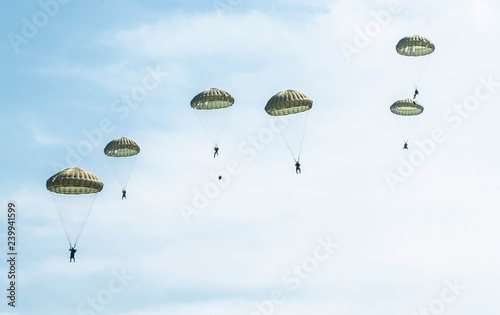Valokuva Many soldiers with parachutes in the sky.