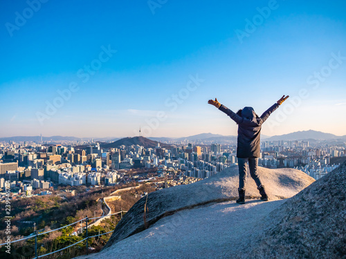Photo  Woman or Girl on the top of mountain with beautiful cityscape Seoul city