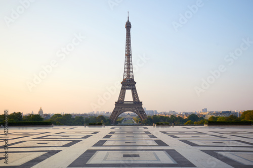 Poster Eiffeltoren Eiffel tower, empty Trocadero, nobody in a clear summer morning in Paris, France