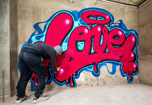 plakat graffiti of word love on a wall