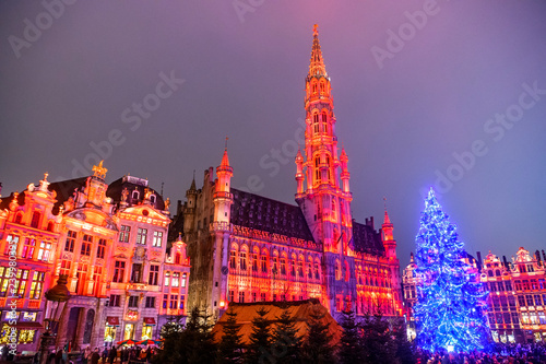 Stickers pour porte Bruxelles Christmas lights show on the Grand Place with a huge Christmas tree in BRUSSELS, BELGIUM. 16-12-2018