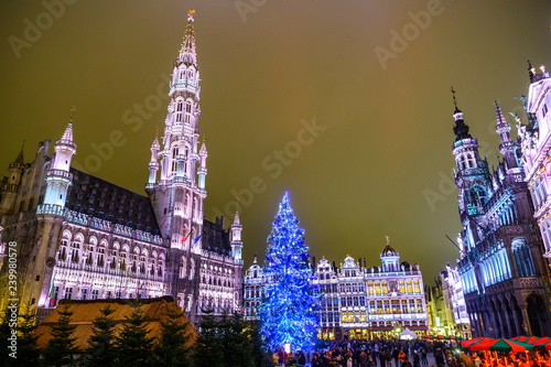 Stickers pour portes Bruxelles Christmas lights show on the Grand Place with a huge Christmas tree in BRUSSELS, BELGIUM. 16-12-2018