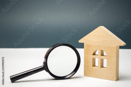 Photo Wooden house and magnifying glass