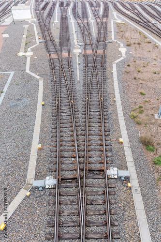 Ein Gleis Teil sich in viele verschiedene Wege auf