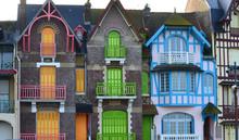 Façades D'immeubles Colorés Art Déco Et Art Nouveau Sur Le Front De Mer De Mers-Les-Bains En Picardie Dans Le Nord De La France