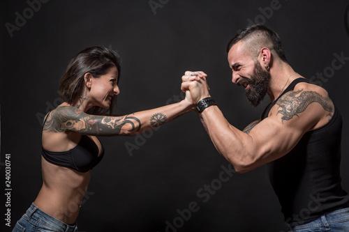 coppia di ragazzi tatuati che si sfidano in un atto di forza - sfondo nero Poster Mural XXL