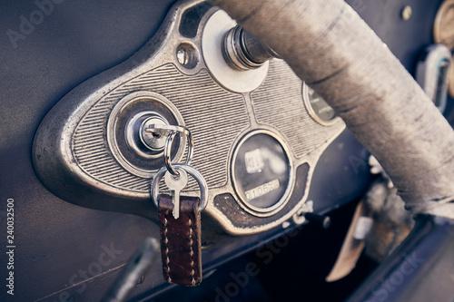Cadres-photo bureau Vintage voitures Autoschlüssel im Zündschloss eines Oldtimers