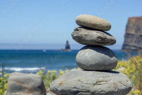 Photo sur Plexiglas Zen pierres a sable Balanced Rocks by Beach